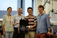 """Matheson (MiM Lab), Gaukroger (Elmo UK), Virdyawan (MiM Lab) e Watts (MiM Lab) ricevono la stazione dimostrativa Elmo (Giugno 2017)"