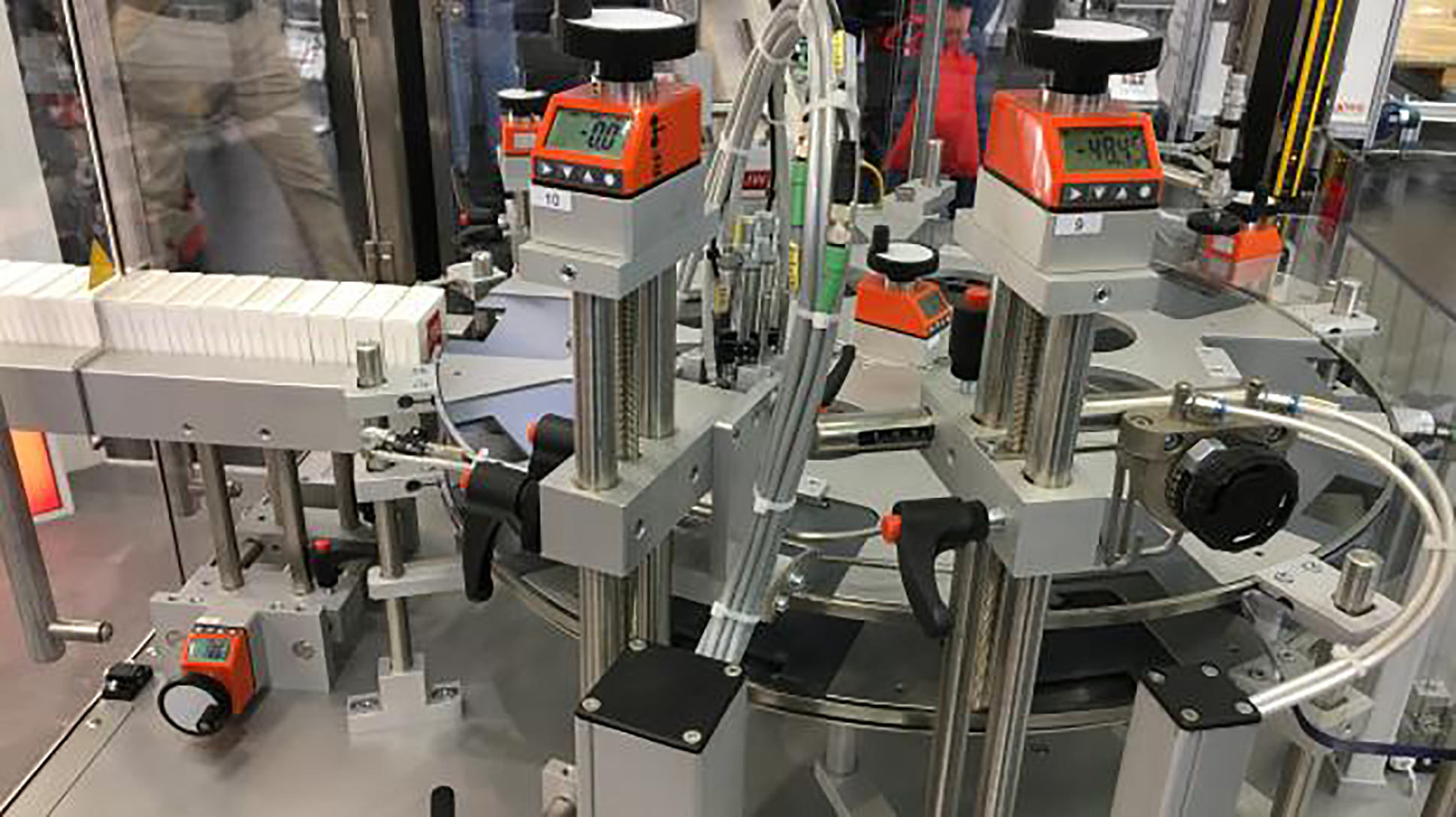 JW Verpackungstechnik sceglie gli indicatori di posizione elettronici DD52R-E-RF con sistema wireless di Elesa per le sue macchine